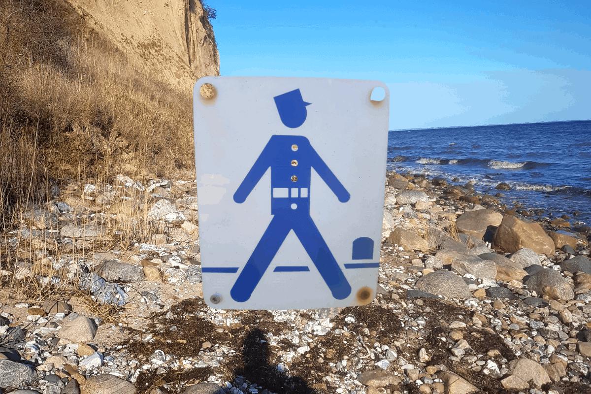 kombination af billede ud til havet på gendarmstien + det velkendte symbol på gendarmstien